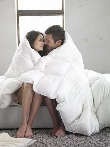 парень и девушка укутанны в плед